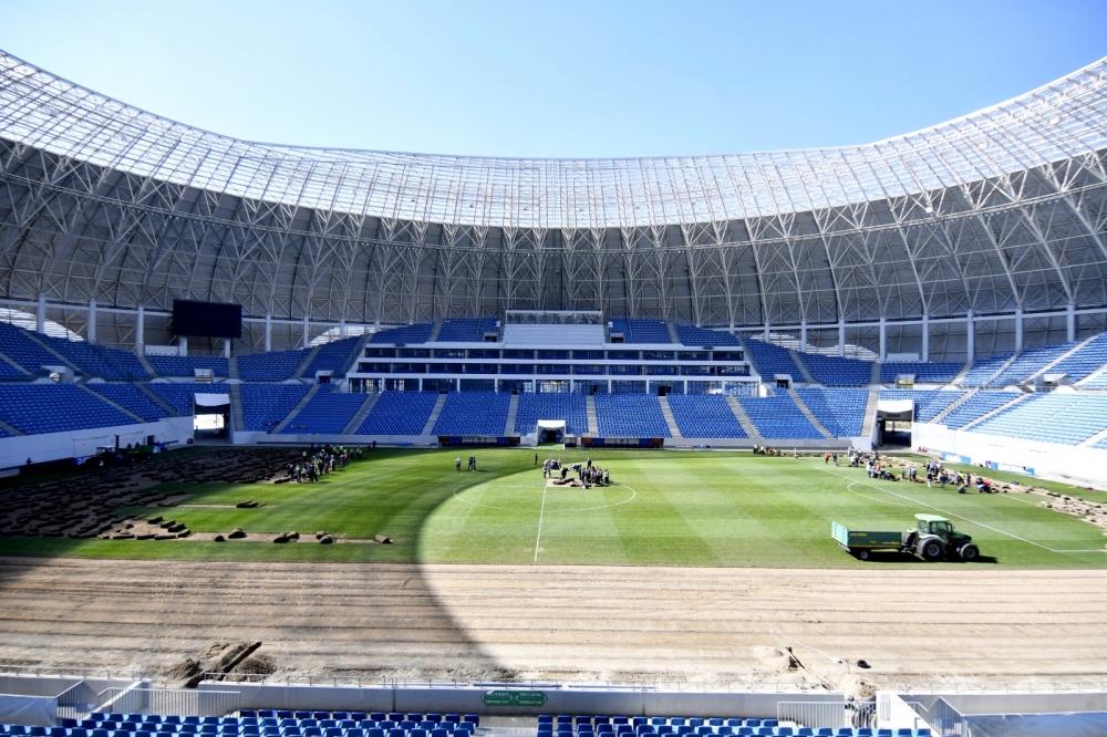 Se schimbă gazonul pe stadion